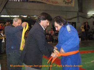 Mario Arrupe recibe el cinturón Naranja en manos del Prof.Jorge Juri.