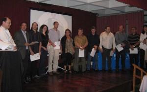 Los asistentes al Curso de Arbitro y Of. de Mesa reciben sus Certificados entre ellos los Prof. Ariel Alvarez y Lorena Tonello.