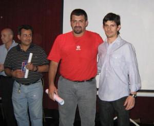 Gustavo Lódola y Walter Druzovin reciben sus diplomas de 3er. Dan con ellos el Mtro. 6º Dan Pablo Díaz Soto.