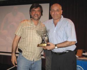 El Prof.Eduardo Benedetti entrega al Prof. Jorge Juri la Copa Para la Regional Atlantica Subcampeones en el Campeonato Metropolitano 2009.