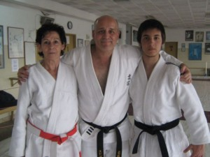 Los disertantes Mtra.Clarisa Bergonzo y el Prof. Eduardo Benedetti con Kevin Juri.