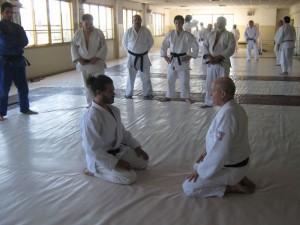 El Prof. Eduardo Benedetti disertando la Kimeno Kata con Sebastián Dusetti.