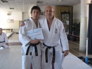 Kevin Juri con el Diploma  de Titulación de Promotor Deportivo en Katas.