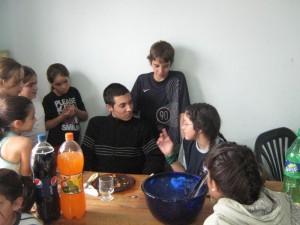 Despues del almuerzo los mas chicos hablan de judo previo a la acividad de la tarde.