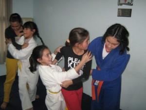Rosario Torres ayudando a las más pequeñas.