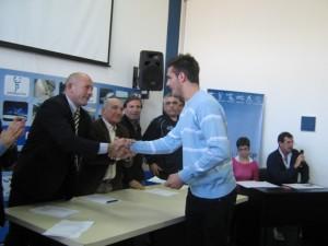 El concejal Martín Aiello entrega la Beca a Franco Marini.