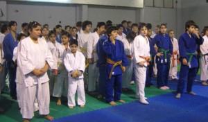 Judokas infantiles listos para comenzar por la mañana.
