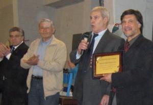 El Maestro Antonio Gallina entregó la Plaqueta a la Asociación Regional AStlántica por su 30 Aniversario.