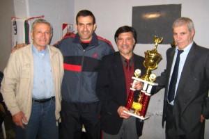 A.Elisii y P.Elisii entregan a J.Juri el Trofeo de la Copa Kawakita 2011 con eloos el Mtro.A.Gallina.