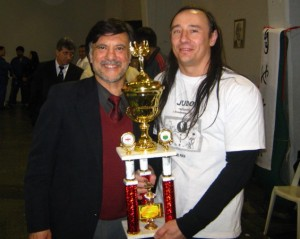 El Prof. Jorge Juri le entrega la réplica del Trofeo de la Copa M.Kawakita 2011 al Prof. Ariel Alvarez.