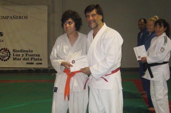 Santiago Saracino recibe su Diploma de Federación Metropolitana.