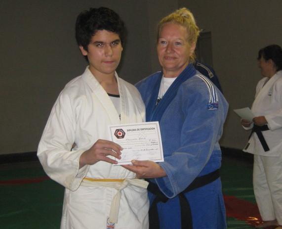 Facundo Ortiz recibe su Diploma de Federación Metropolitana, entrega la profesora Blanca Sanchez.