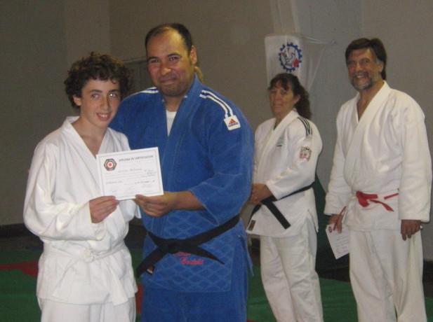 Lucas Zoccola recibe su Diploma de Federación Metropolitana, entrega el Profesor Fabián Córdoba.
