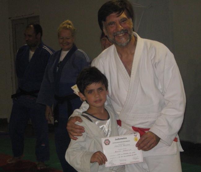 Franco Romero recibe del Mtro.Jorge Juri su Diploma de Federación Metropolitana.