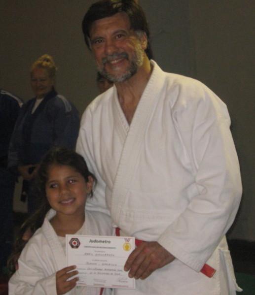 Abril Villarreta recibe su Diploma de Federación Metropolitana.