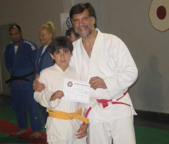 Franco Romero recibe su Diploma de la Federación Metropolitana.