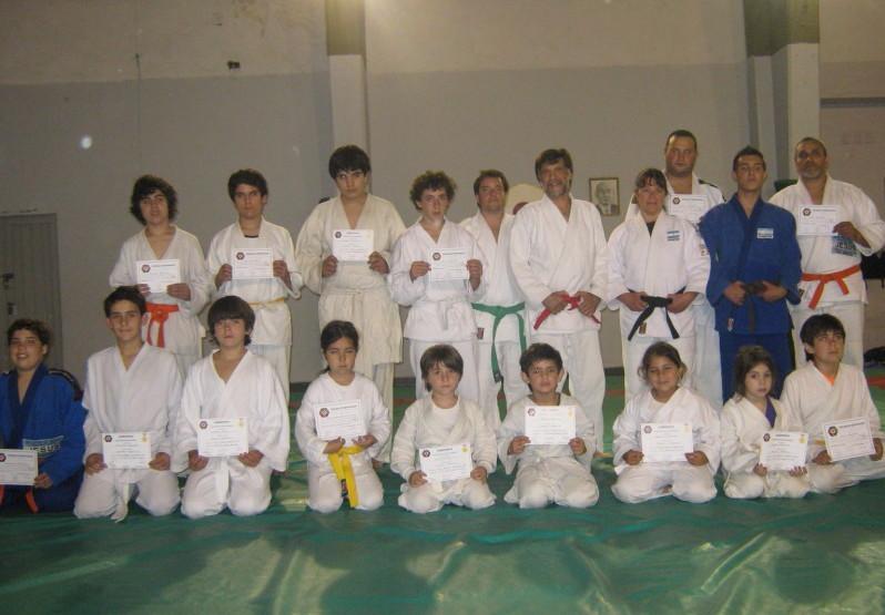 Judokas de Luz y Fuerza-Academias Juri con los Diplomas de la Federación Metropolitana de Judo.