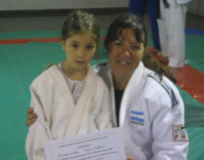 Tiziana Pagliaro recibe su Diploma de la Asociación Regional Atlántica de Judo.