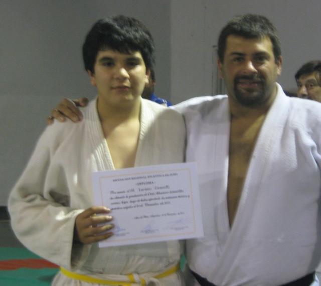 Luciano Grasselli recibe en manos del Profesor Gustavo Lódola su Diploma de Asociación Regional Atlántica de Judo