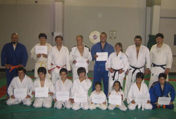 Judokas de Luz y Fuerza-Academias Juri con los Diplomas de la Asociación Regional Atlántica de Judo.