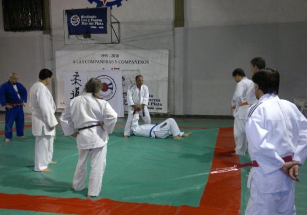 El Prof. Honorio Cuenca durante la clase magistral de Judo y Def. Personal en las amplias instalaciones del Dojo Luz y Fuerza- Academias Juri.