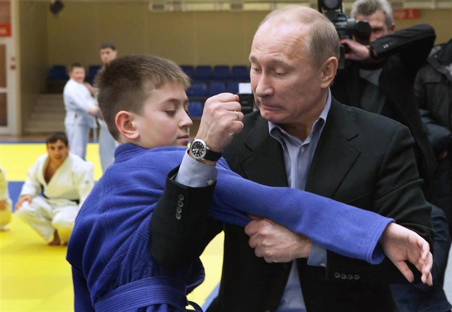 Vladimir Putin  explicando a un joven Judoka Ruso.