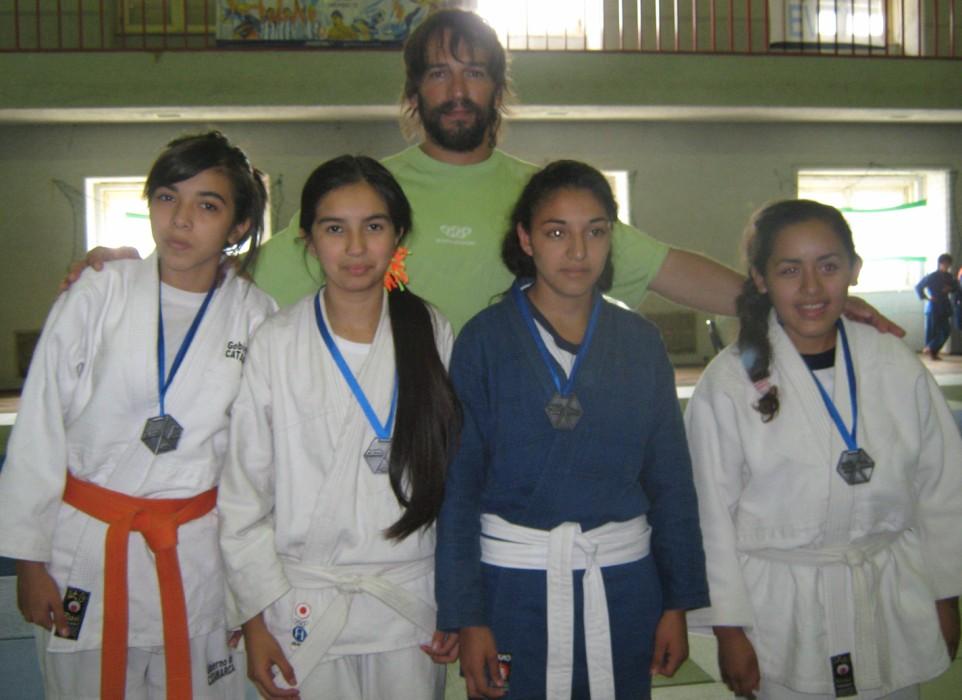 Mariano Anso  con judokas Femeninas que recibieron sus medallas de participación.