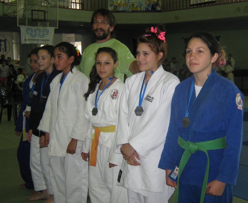 Algunas de las judokas . de 48 Kg. en la premiación, 1ra. a la derecha la marplatense Rosario Torres.