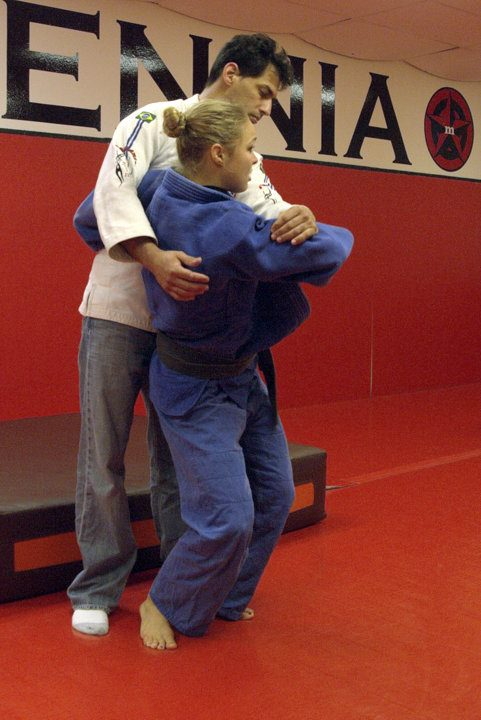 Ronda Husey explinado un O Goshi(Proyección de Cadera de Judo)