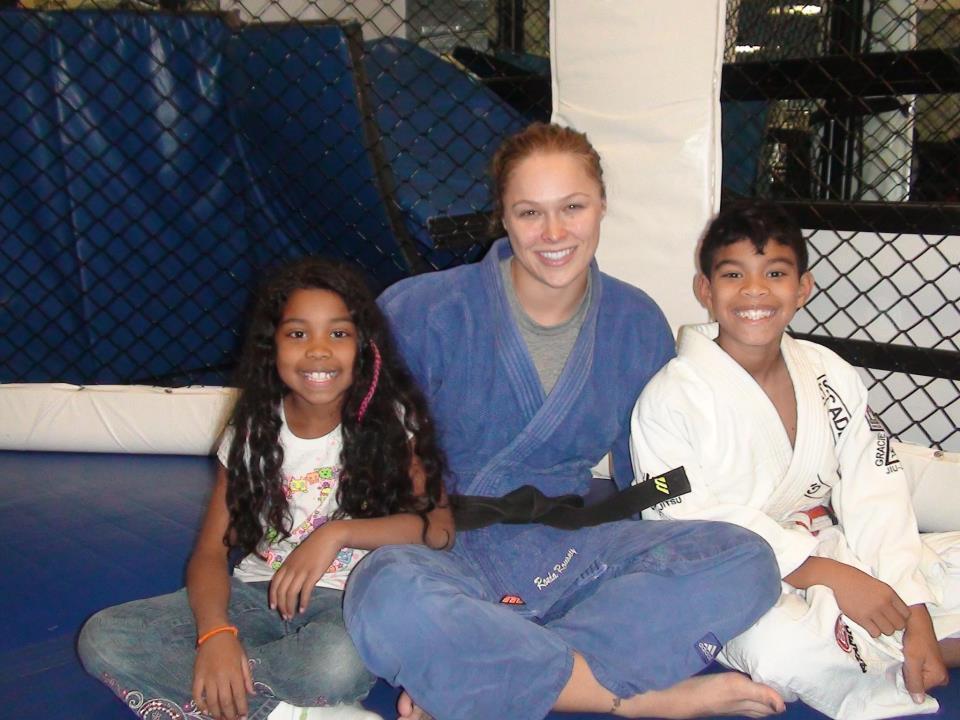 Ronda Jean Rusey con dos  practicantes de Judo.