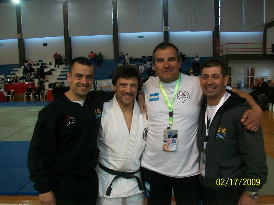 Jorge Juri con sus alumnos que lo vieron coronarse Campeón durante el Sudamericano