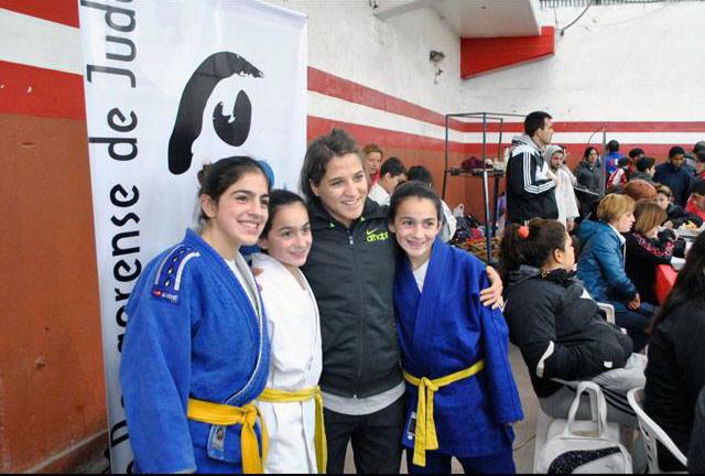 Estrella Olmos (a la izquierda de la imágen) con sus hermanas Jaqueline y Jesica con la Olímpica Paula Pareto