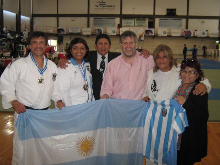 Festejo Argentino:Jorge Juri,Tanaka Cintia Cristófaro,Sergio Bondi(Arbitro) Gustavo Valle Presidente Comisión Judokas Master Arg., Adry Castillo.