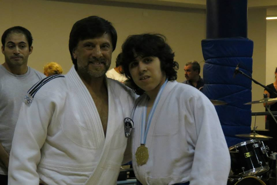 El Maestro Jorge Juri le entrega a Santiago Saracino su distinción en Judo.