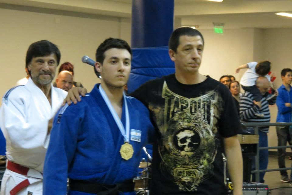 El Mtro. de Tae Kwon Do Pedro Cambiaso le entrega la distinción en Judo al Profesor Kevin Juri.