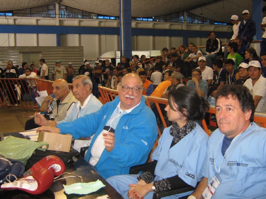 Autoridades de la FAB con los médicos de la competencia.