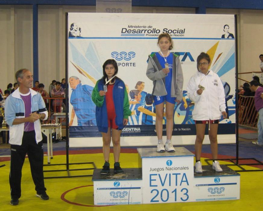 Podio Femenino Lucha Olímpica (Libre). Con ellas el Secretario de Deportes de la Nación Claudio Morresi.