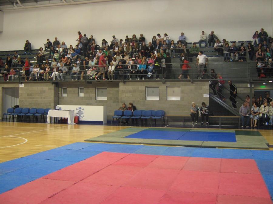 Gran cantidad de Público en las tribunas.