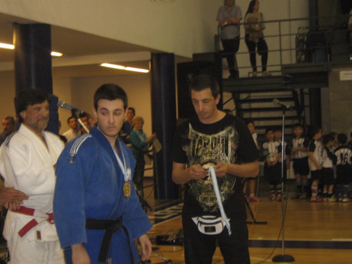 El Mtro. de Tae Kwon Do Pedro Cambiaso le entrega la distinción al Profesor de Judo Kevin Juri.