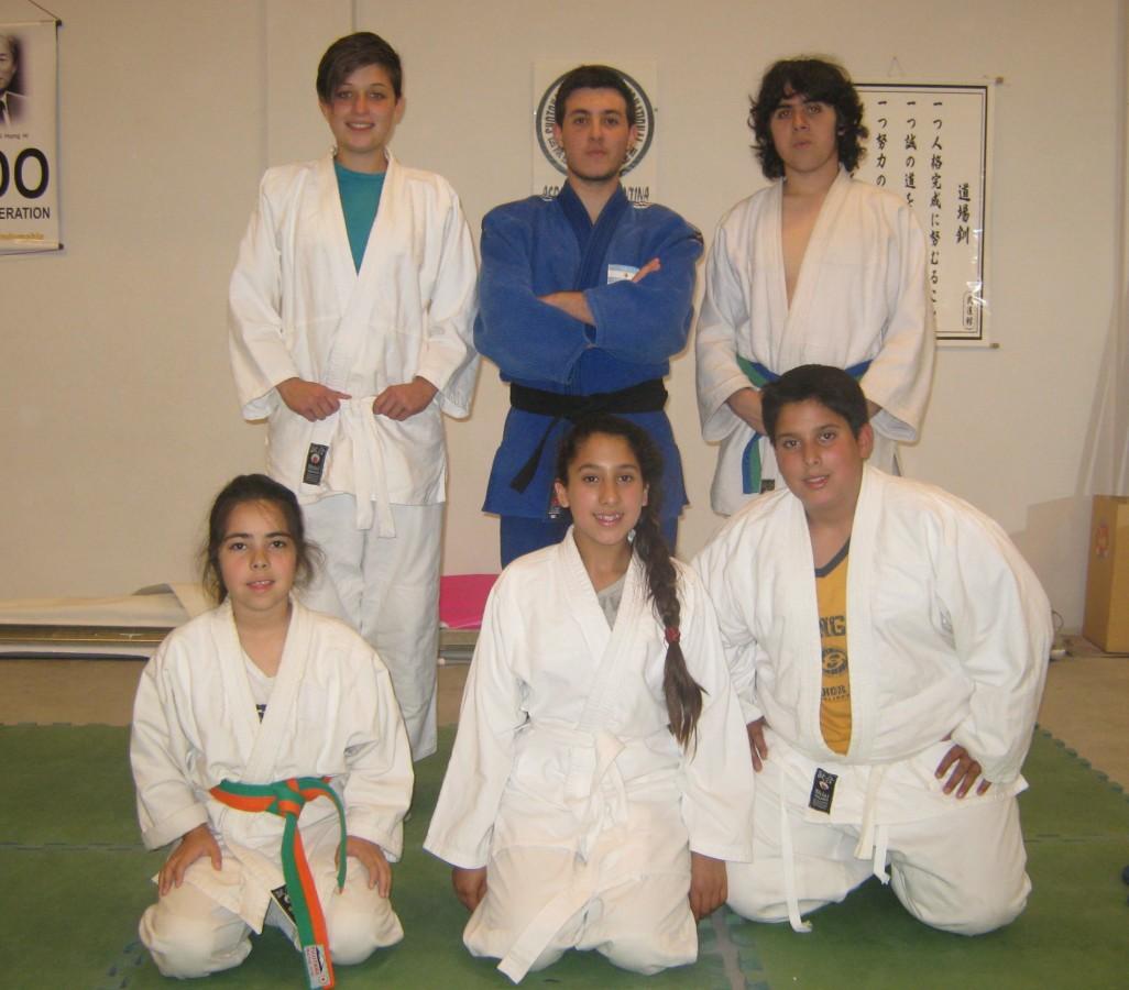 De Pie: Victoria Salvatierra, Kevin Juri, Santiago Saracino De rodillas : Azul Martínez Suárez, Martina Mazza y Facundo Mazza.