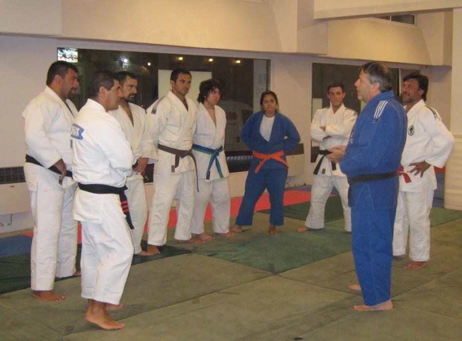 Gustavo Valle da detalles antes del entrenamiento sobre el Sudamericano y Panamericano 2014 en Isla Margarita (Venezuela)