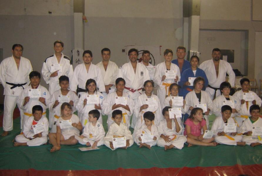 Judokas con sus Diplomas Kyus , Maestro y profesores.