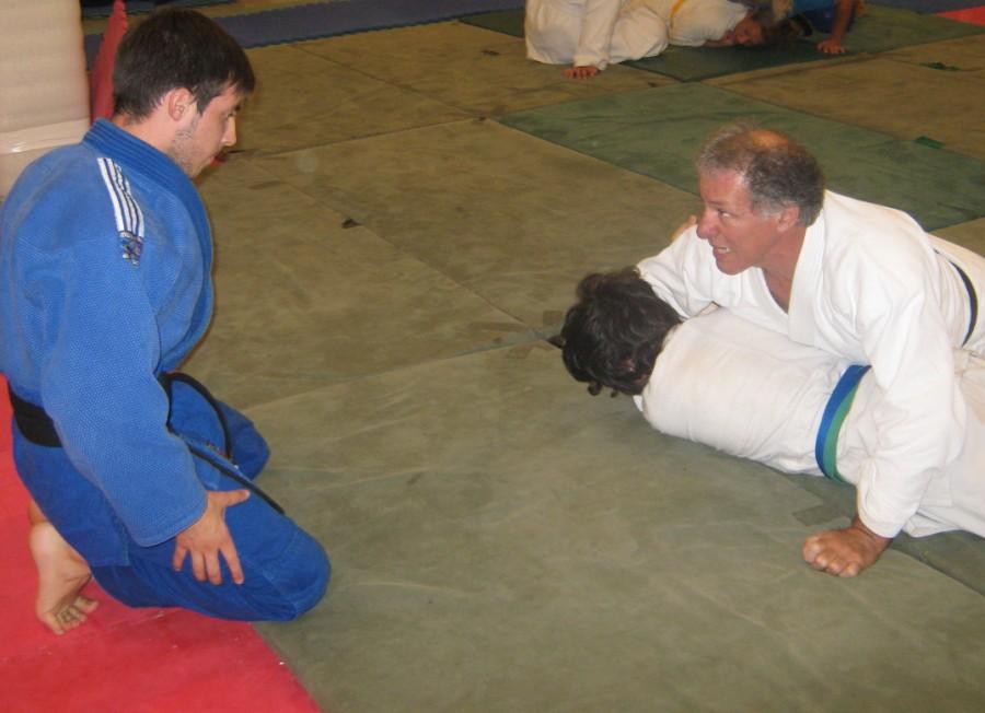 Oscar vStrático con Santiago Saracino, Kevin Juri  sigue atentamente la técnica desarrollada,