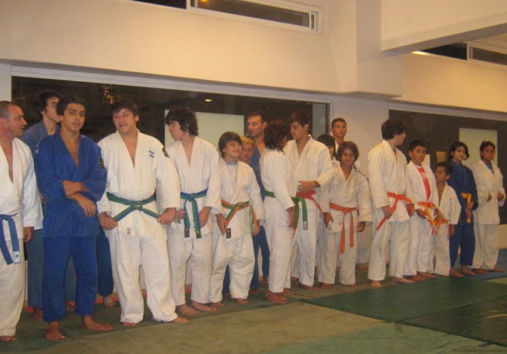 Judokas preparándose para el saludo