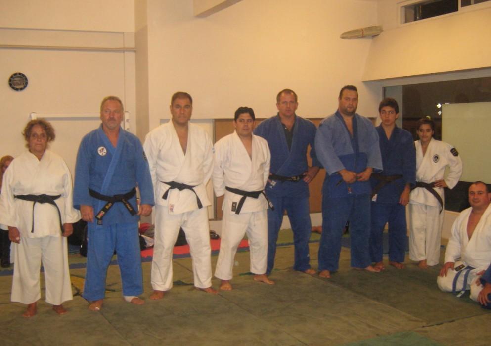 Judokas formados para el saludo