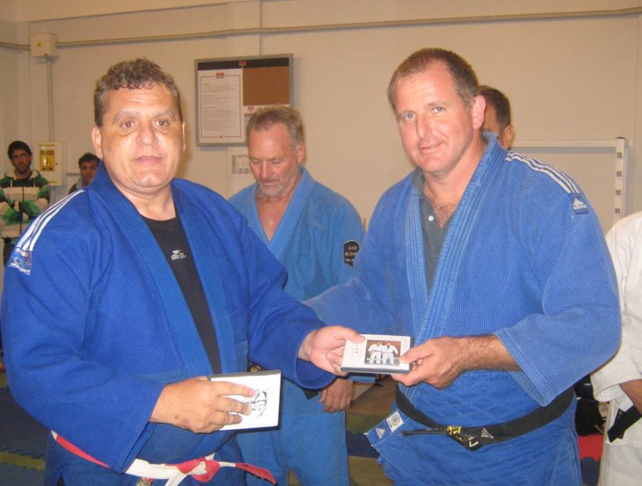 El Mtro. Aníbal Janeiro entrega el Video Instructivo de Judo al  prof.Leonardo Etchechury.