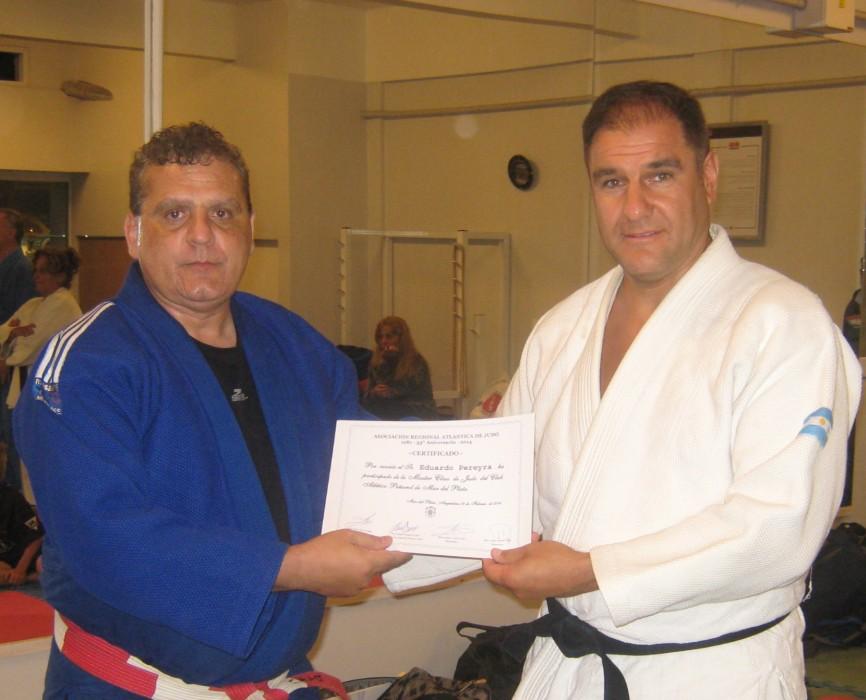 El Mtro. Aníbal Janeiro entrega el certificado de participación al  prof.Eduardo Pereyra