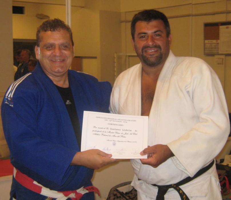El Mtro. Aníbal Janeiro entrega el certificado de participación al  prof.Gustavo Lódola