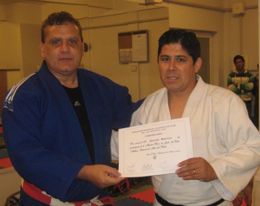 El Mtro. Aníbal Janeiro entrega el certificado de participación al  prof.Javier Martín