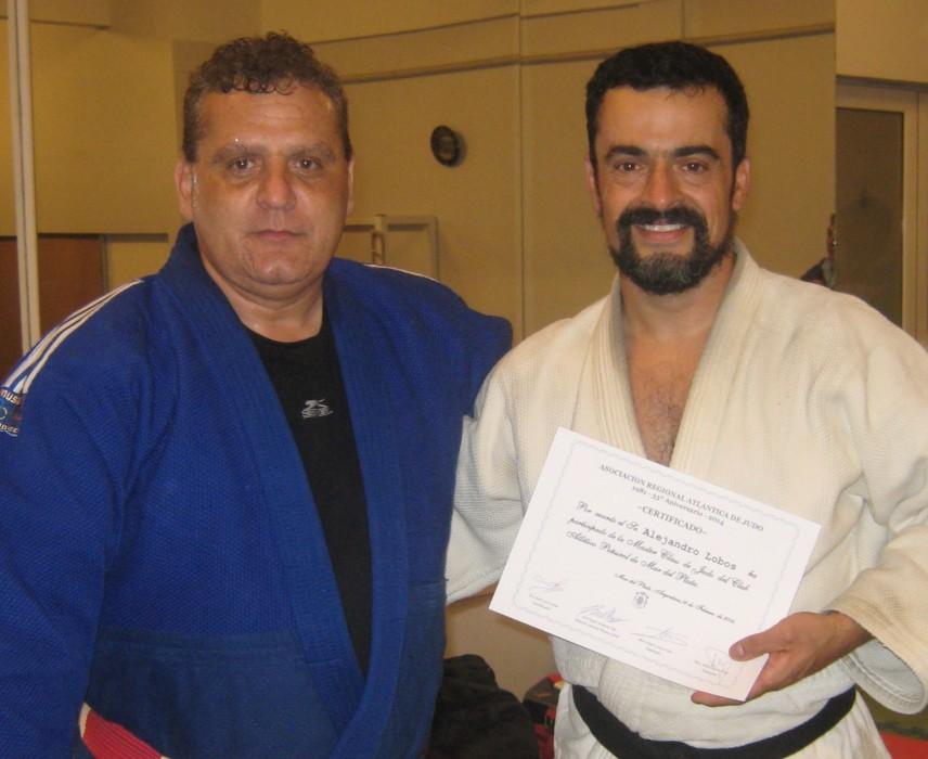 El Mtro. Aníbal Janeiro entrega el certificado de participación al  prof.Alejandro Lobos